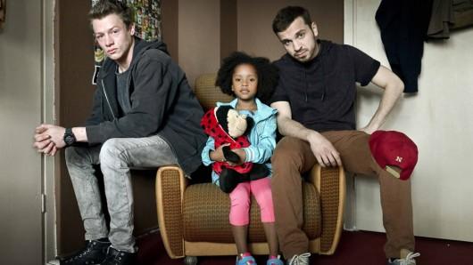 Familie Braun: Neonazi Thomas (Edin Hasanovic, r.) mit One-Night-Stand-Tochter Lara (Nomie Lane Tucker) und bestem Freund Kai (Vincent Krüger)