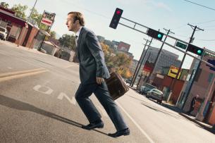 """Jimmy McGill (Bob Odenkirk) auf seinem beschwerlichen Weg zum """"Breaking Bad""""-Winkeladvokaten Saul Goodman."""