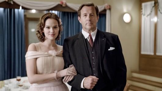 Eva Schöllack(Emilia Schüle) legt in Ku'Damm 56 alles daran, von ihrem Chef, Professor Fassbender (Heino Ferch), geheiratet zu werden.