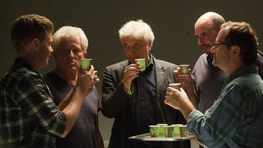 Espresso zum Anstoßen: Die Kommissare Ivo Batic (Miroslav Nemec) und Franz Leitmayr (Udo Wachtveitl) stoßen mit dem Team auf ihr 25. Dienstjubiläum an