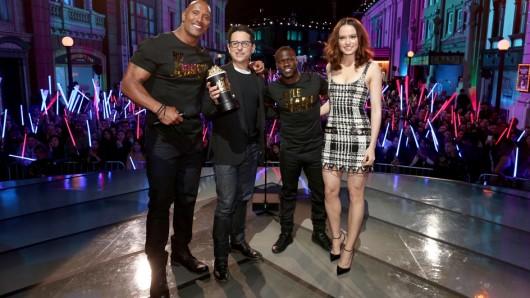 Die Hosts der MTV Movie Awards 2016 Dwayne Johnson (l.) und Kevin Hart (3.v.l.) mit den Star Wars: Episode VII-Gewinnern J.J. Abrams und Daisy Ridley