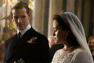 """PLatz 10: """"The Crown"""" (seit 2016) mit Matt Smith und Claire Foy als britisches Königspaar. (8,7/10 bei 63634 Abstimmungen bei IMDb). Je eine Staffel beschäftigt sich mit einem Jahrzehnt des Lebens von Elisabeth II."""