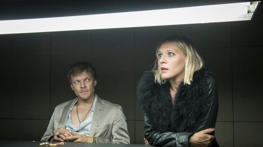 Frank (Sebastian Hülk) und seine im horizontalen Gewerbe tätige Freundin Irina (Nadine Boske) geraten in Der treue Roy unter Mordverdacht.