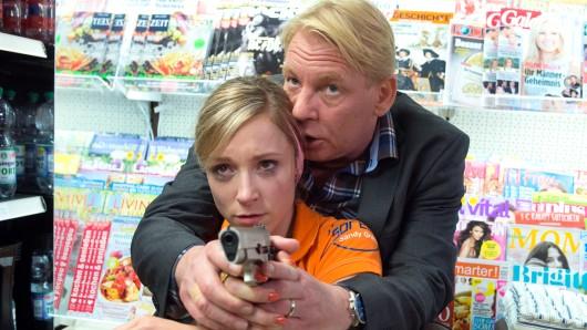 Geisel Sandy (Friederike Linke, mit Ben Becker) soll Emma erschießen