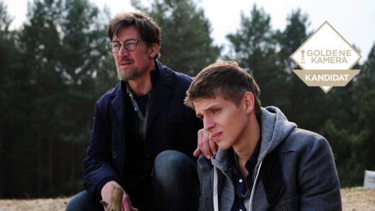 Claus Jansen (Tobias Moretti, l.) besucht mit  Sohn Sebastian (Merlin Rose, r.) den Ort, an dem die Leiche des damals zwölfjährigen Hannes gefunden wurde.