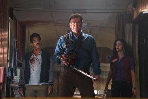 "Ray Santiago (l.) als Pablo, Bruce Campbell (M.) als Ash und Dana DeLorenzo als Kelly, in ""Ash vs Evil Dead"""
