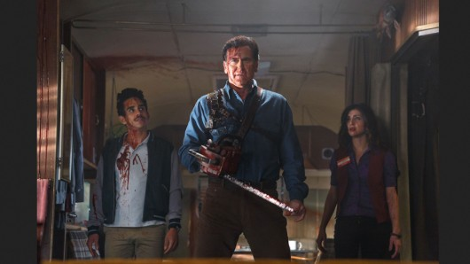 Ray Santiago (l.) als Pablo, Bruce Campbell (M.) als Ash und Dana DeLorenzo als Kelly, in Ash vs Evil Dead