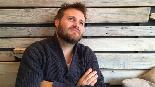 Eine steile Filmkarriere im Blick: Regisseur Max Zähle (38) beim GOKA-Interview in seinem Liebligscafé in Hamburg Altona