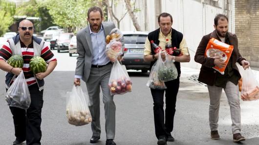 Morteza (Babak Hamidian, 2.v.l.) und seine Brüder Mostapha (Mohsen Soleymani, li.), Mohsen (Mohammad Sedighi, 2.v.r.) und Madjid (Ashkan Kheilnedjad, re.) tragen Einkäufe nach Hause.