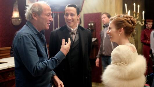Am Set von Das Sacher: Regisseur Robert Dornhelm bespricht eine Szene mit Laurence Rupp und Josefine Preuss