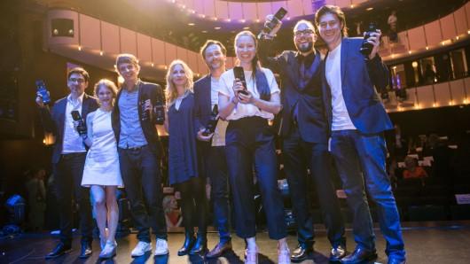 Die Preisträger des Studio Hamburg Nachwuchspreises 2016:  Alexander Costea (l-r), Gro Swantje Kohlhof, Merlin Rose, Elena Winterer, Elmar Fischer, Anne Zohra Berrached, Johannes Jancke und Daniel Rübesam.