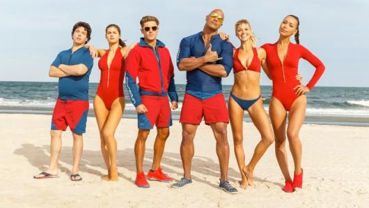 Das neue Baywatch-Team (v.l.n.r.): Ronnie (Jon Bass), Summer Quinn (Alexandra Daddario), Matt Brody (Zac Efron), Mitch Buchanan (Dwayne Johnson), C.J. Parker (Kelly Rohrbach) und Stephanie Holden (Ilfenesh Hadera)