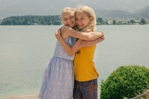 Die Zwillinge Lotte (Delphine Lohmann, l.) und Luise (Mia Lohmann, r.) am Wolfgangsee.