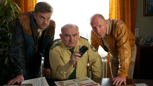 Dienststellenleiter Moratschek (Sigi Zimmerschied, Mitte) mit Franz Eberhofer (Sebastian Bezzel, li.) und Rudi Birkenberger (Simon Schwarz).