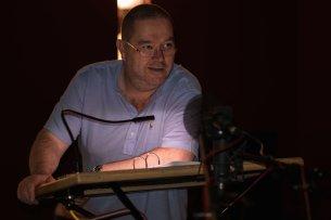 """Synchronsprecher Jan Odle bei Aufnahmen zur HBO-Serie """"The Night Of"""" im Studio der FFS München"""