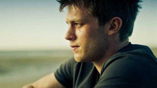 Jonathan (Jannis Niewöhner) pflegt seit Jahren seinen schwerkranken Vater.