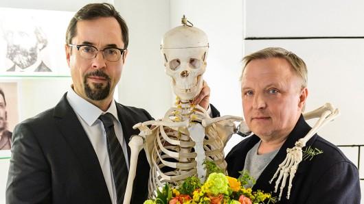 Feierstunde in der Rechtsmedizin der Uni Münster: Prof. Karl Friedrich Boerne (Jan Josef Liefers, links) und Kommissar Frank Thiel (Axel Prahl, rechts).