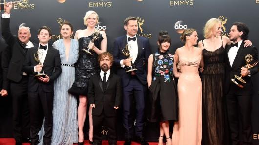 Die GoT-Crew bei den 68. Emmy Awards: Conleth Hill, Iwan Rheon, Gwendoline Christie, Peter Dinklage, Nikolaj Coster-Waldau, Maisie Williams, Emilia Clarke, Sophie Turner and Kit Harington