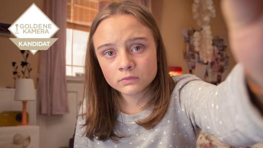 Arglos gibt die zwölfjährige Sara (Lena Urzendowsky) beim Chatten ihre Gedanken preis
