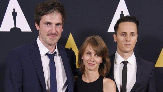 Die Preisträger der 43. Studenten-Oscars in der Kategorie Foreign Narrative: Felix Ahrens (l.), Klara Kochanska und Goldjunge Alex Schaad (r.)