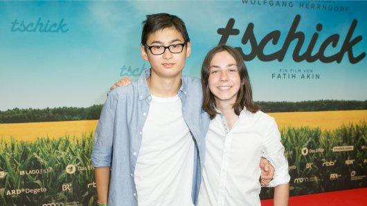 Auf der Berliner Premiere werfen sich Tschick-Darsteller Anand Batbileg und sein Co-Star vom Filmgymnasium Babelsberg Tristan Göbel (r.) in Pose