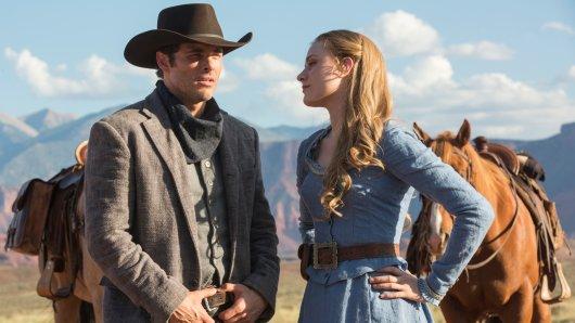 Teddy Flood (James Marsden) und die Androidin Doloris (Evan Rachel Wood), die sich selbst für einen Menschen hält