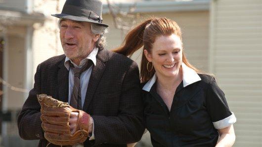 Bald vor der TV-Kamera wiedervereint: Robert De Niro und Julianne Moore im Kinodrama Being Flynn (2012)