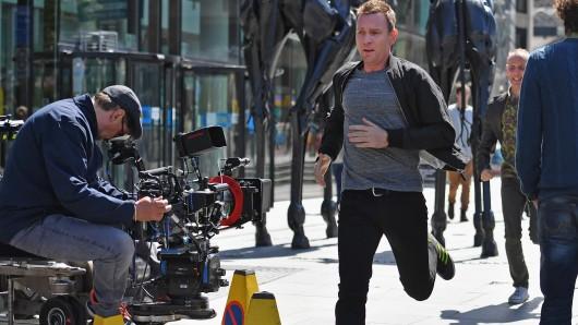 Bald auch im Serienrennen? Ewan McGregor und Trainspotting-Kollege Ewen Bremner (2.v.r.) bei den Dreharbeiten für Trainspotting 2 in Glasgow