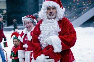 """Seit dem 24. November wieder in Weihnachts(ver)stimmung: Billy Bob Thornton (mit Kathy Bates und Tony Cox) in """"Bad Santa 2"""""""
