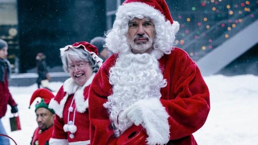 Seit dem 24. November wieder in Weihnachts(ver)stimmung: Billy Bob Thornton (mit Kathy Bates und Tony Cox) in Bad Santa 2