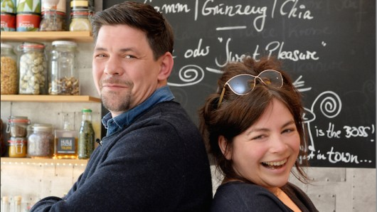 Koch-duellieren sich auch in der dritten Kitchen Impossible-Staffel: Tim Mälzer und Sterneköchin Maria Groß