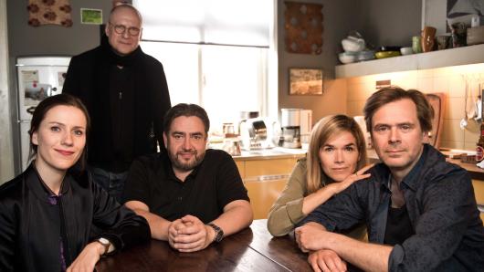 Matti Geschonneck (hinten) mit vier seiner Hauptdarsteller: Bettina Lamprecht, Alexander Hörbe, Anke Engelke und Matthias Matschke (v.l.)
