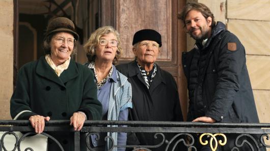 Gertrud Roll, Jutta Speidel und Hildegard Schmahl (v.l.) mit Regisseur Till Endemann