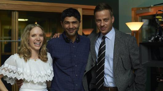 Tamzin Merchant mit Regisseur Amit Gupta und Tom Wlaschiha (r.)