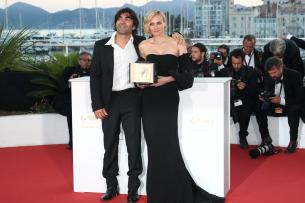Regisseur Fatih Akin freut sich mit seiner Hauptdarstellerin Diane Kruger über den Preis