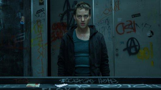 Charakterdarsteller Tom Schilling erobert als Hacker-Aktivist Benjamin im Cyber-Thriller Who Am I - Kein System ist sicher das Genrefach