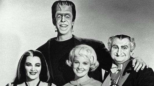 Gruselten ihr Fernsehpublikum von 1964 bis 1966: Die Munsters Lily (Yvonne De Carlo),  Herman (Fred Gwynne), Marilyn (Beverley Owen) und Grandpa (Al Lewis, r.)