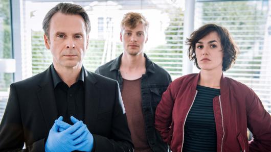 Professor T. (Matthias Matschke), Daniel Winter (Andreas Helgi Schmid) und Anneliese Deckert (Lucie Heinze, v.l.)