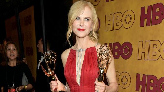 Nicole Kidman präsentiert ihre beiden Auszeichnungen