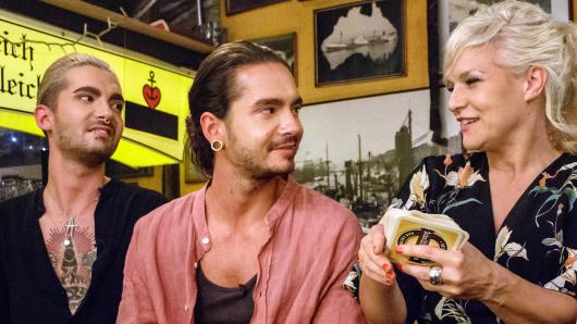Bill und Tom Kaulitz von Tokio Hotel mit ihrer Gastgeberin