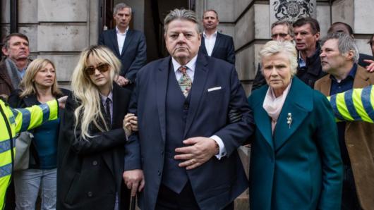 Der Skandal um Paul Finchley (Robbie Coltrane) trifft auch seine Tochter (Andrea Riseborough, l.) und seine Frau (Julie Walters)