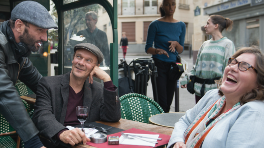 Regisseur Titus Selge (l.) mit seinen Darstellern Edgar Selge und Bettina Stucky beim Dreh in Paris