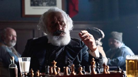 Mario Adorf als Karl Marx