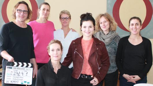 Regisseur Christoph Schnee mit den Produzentinnen Nina Viktoria Philipp und Viola Jäger, Autorin Jana Burbach und Produzentin Daria Moheb Zandi (hinten, v.l.). Vorn: Lisa Martinek (l.) und Anna Fischer