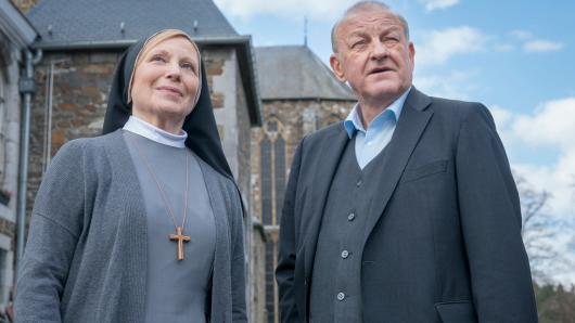 Georg Wilsberg (Leonard Lansink) ermittelt in der neuen Episode Gottes Werk und Satans Kohle bei Schwester Helena (Maren Kroymann) im Kloster