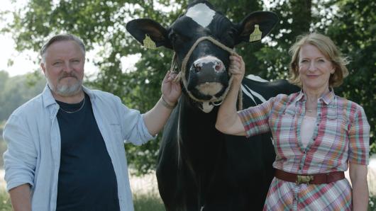 Dagmar Manzel und Axel Prahl mit der Kuh Gloria