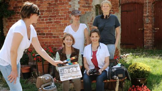 Am Set der neuen Eifelpraxis-Folgen: Produzentin Brit-Jeannette Grundel, Gitta Schweighöfer und Rebecca Immanuel (vorne v.l.n.r.) sowie Kamerafrau Sonja Rom (hinten l.) und Regisseurin Kerstin Ahlrichs