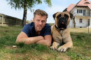 """""""Der Bulle und das Biest"""": Jens Atzorn mit seinem tierischen Co-Star Rocky"""