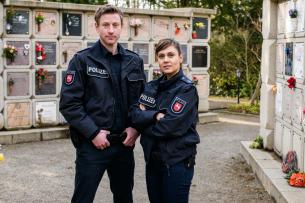 """Für Henk Cassens (Maxim Mehmet) und Kollegin Süher Özlügül (Sophie Dal) wird es im neunten """"Friesland""""-Krimi makaber."""