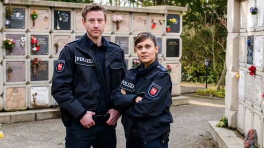 Für Henk Cassens (Maxim Mehmet) und Kollegin Süher Özlügül (Sophie Dal) wird es im neunten Friesland-Krimi makaber.